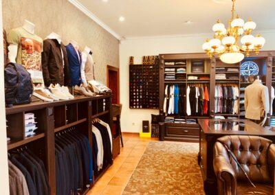 Eingangsbereich von Herr Knuth mit allen Kleidungsstücken